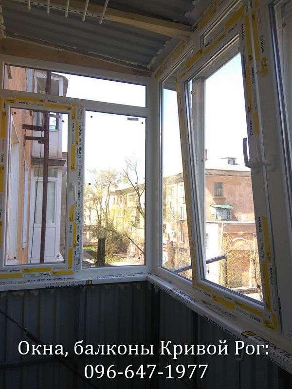 metalloplastikovyj balkon v krivom roge s rasshireniem i ustanovkoj kryshi