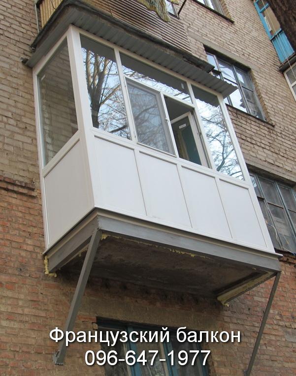 zasteklit francuzskij balkon v brezhnyovke ot komfort