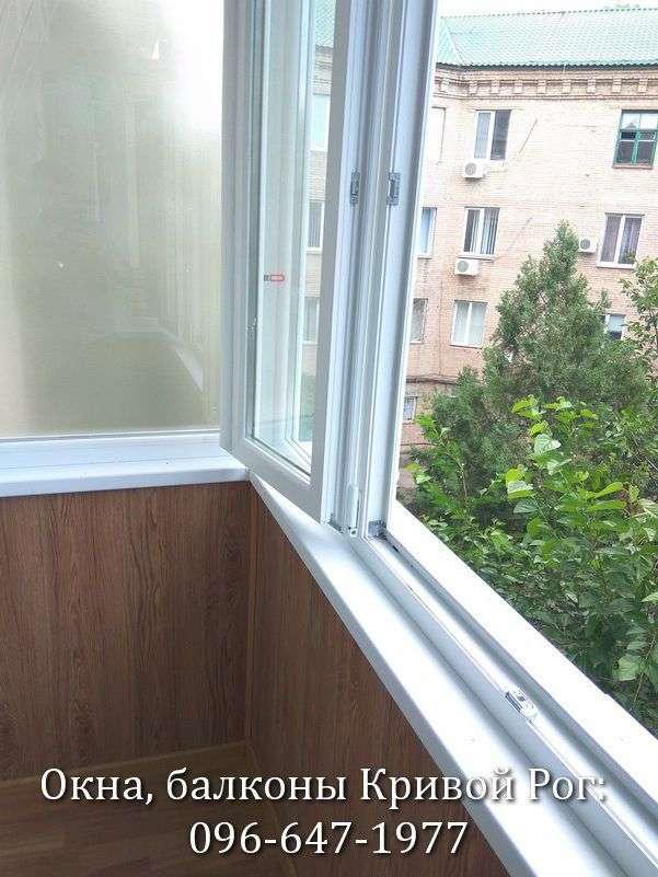 krivoj rog zasteklit balkon metalloplastikovoj ramoj so shtulpovoj stvorkoj