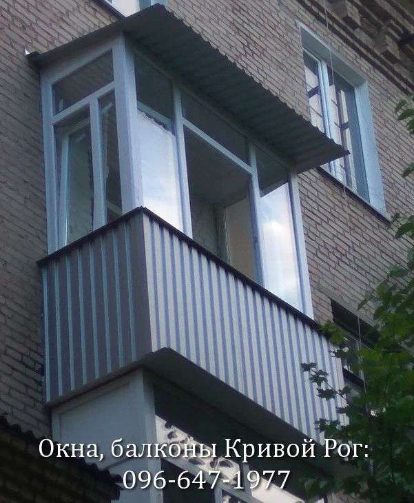 remont balkona v krivom roge - ustanovka ramy v stalinku krysha i obshivka profnastilom snaruzhi