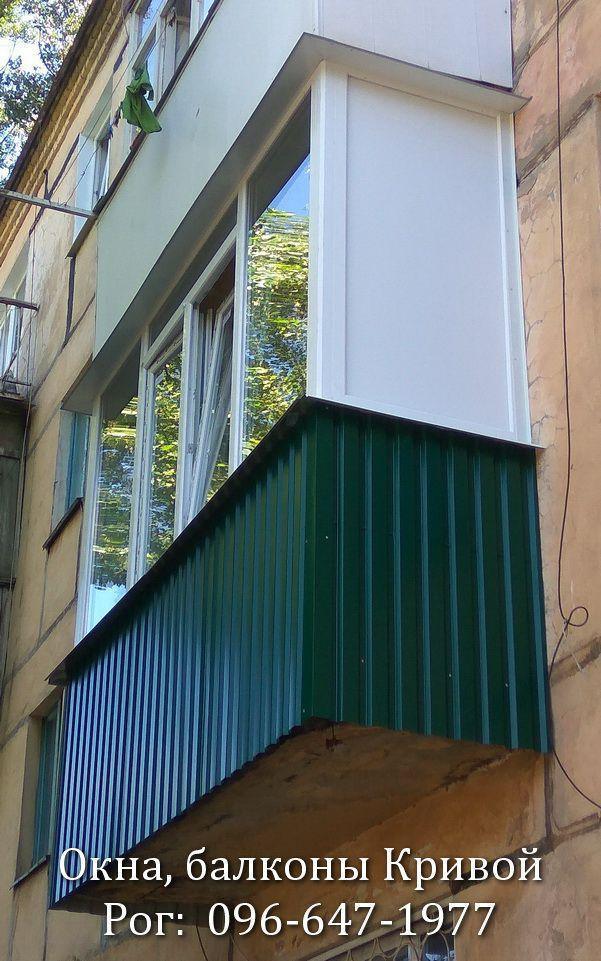Обшивка балкона зелёным профнастилом