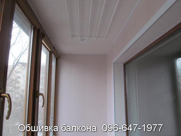 Внутренняя отделка балкона розовым пластиком