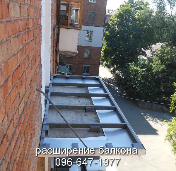 Вариант расширения балкона с помощью профильных труб